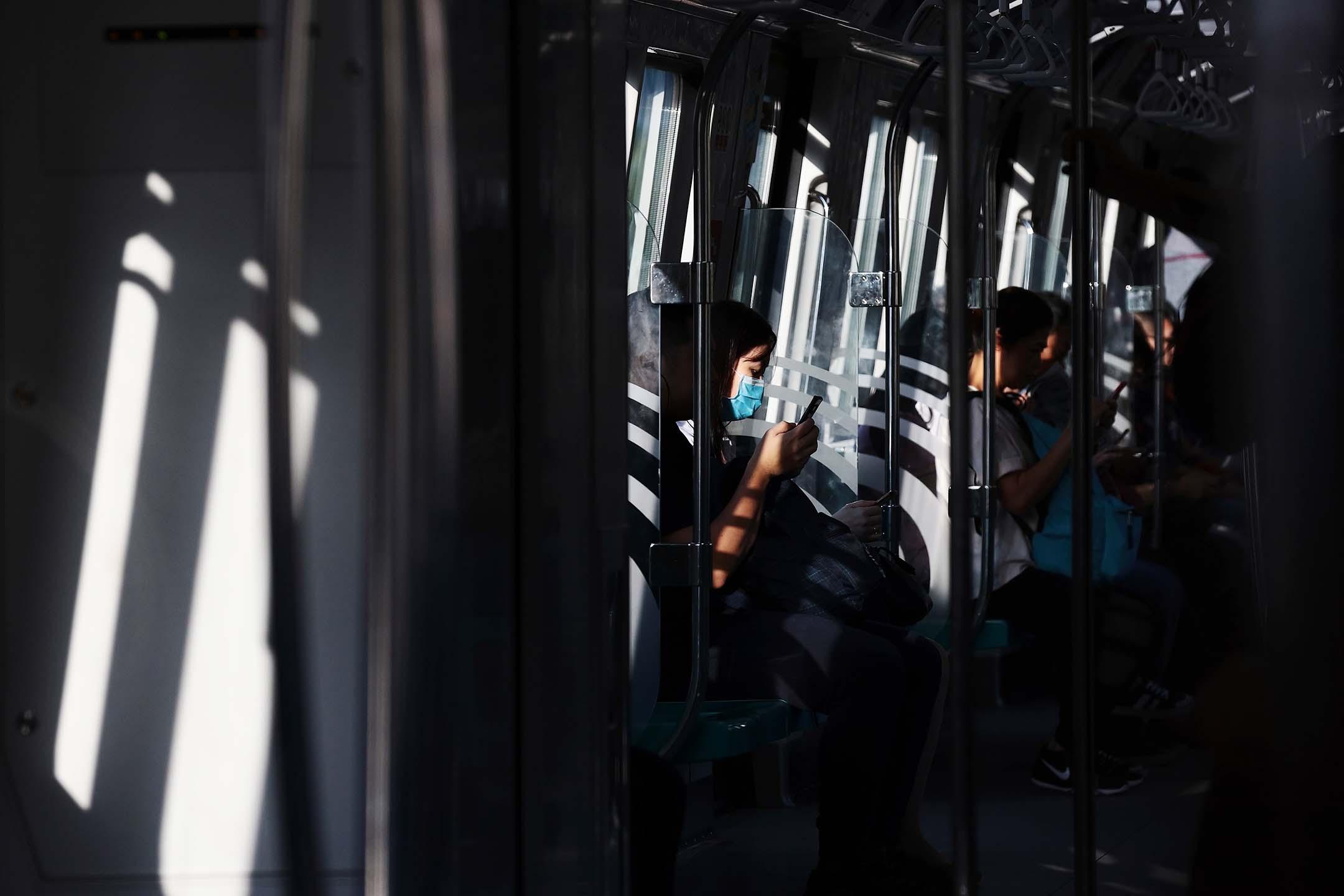 2020年3月18日新加坡,一名戴著口罩的乘客於新加坡乘坐火車。