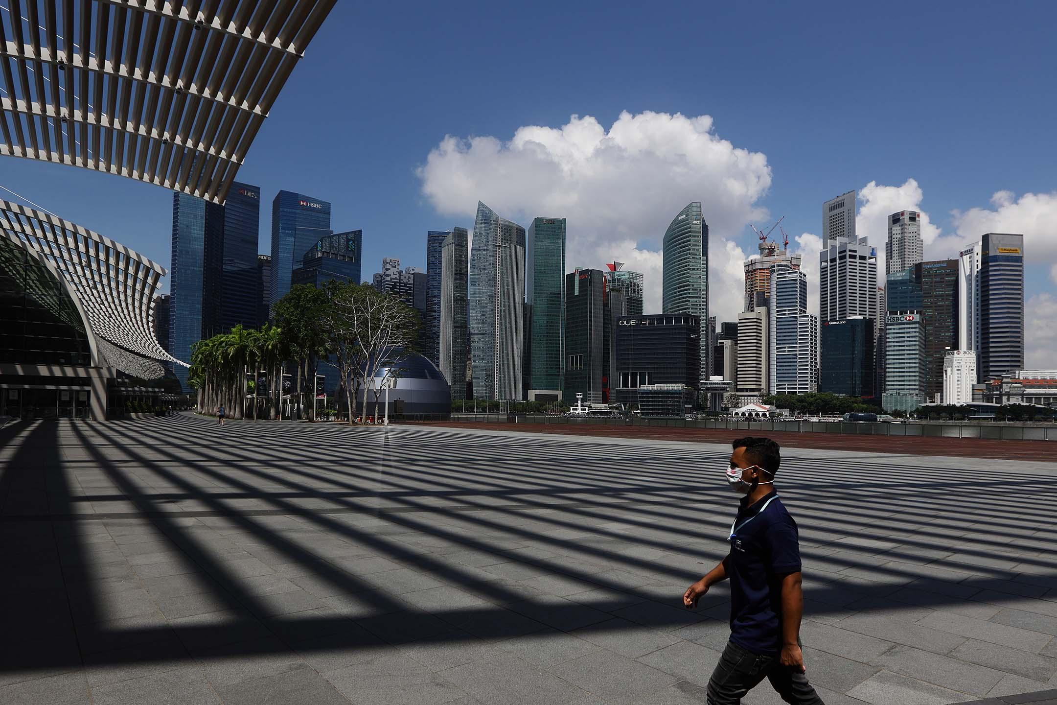 2020年4月1日新加坡,一名戴著口罩的男子在新加坡濱海灣金沙酒店散步。