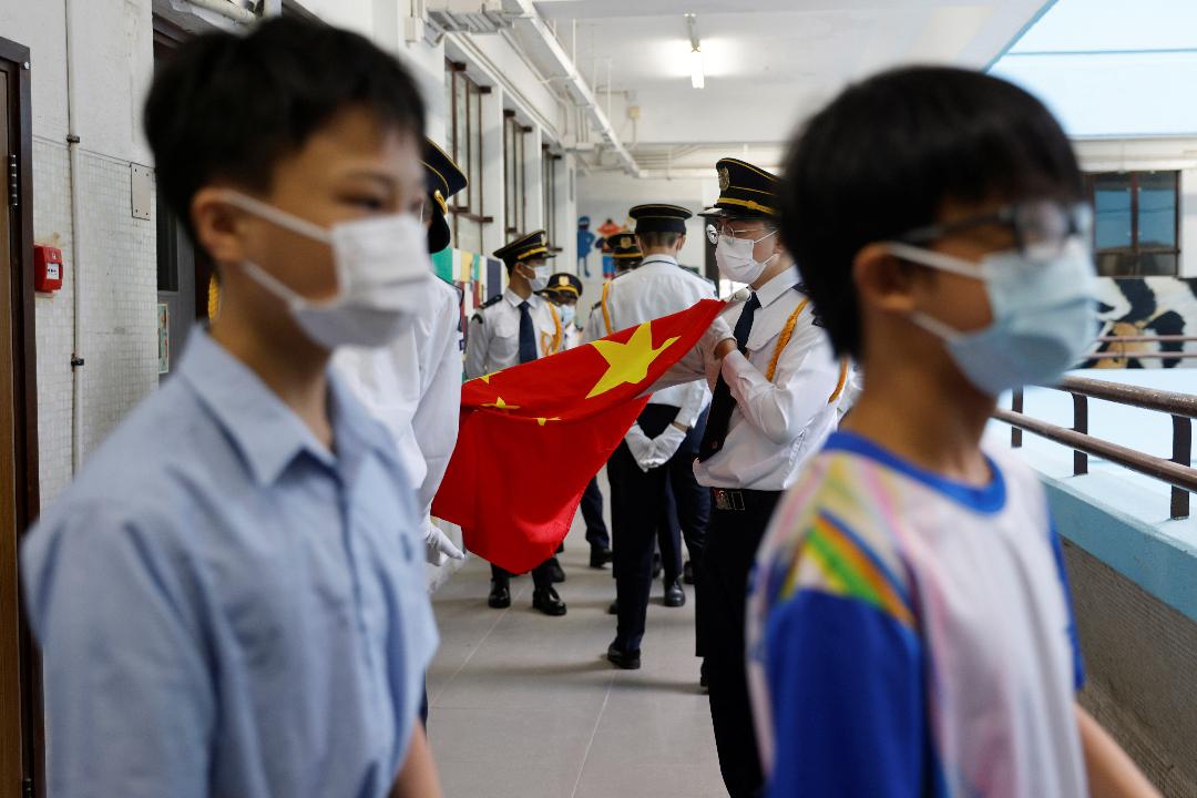 2021年9月1日,香港一所初中學生準備參加升國旗儀式。 攝:Tyrone Siu/Reuters
