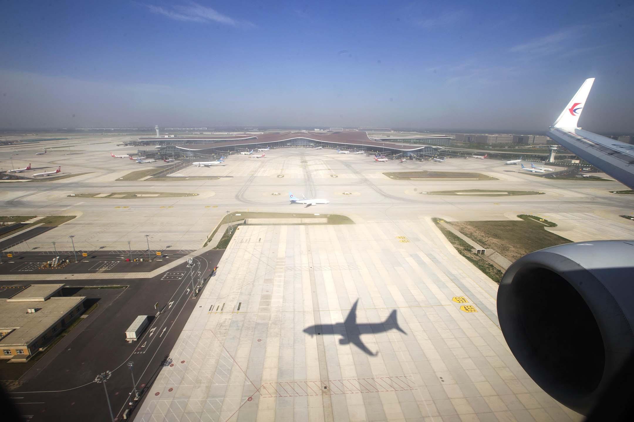 2020年6月1日中國北京,中國東方航空公司的一架飛機降落在北京大興國際機場。