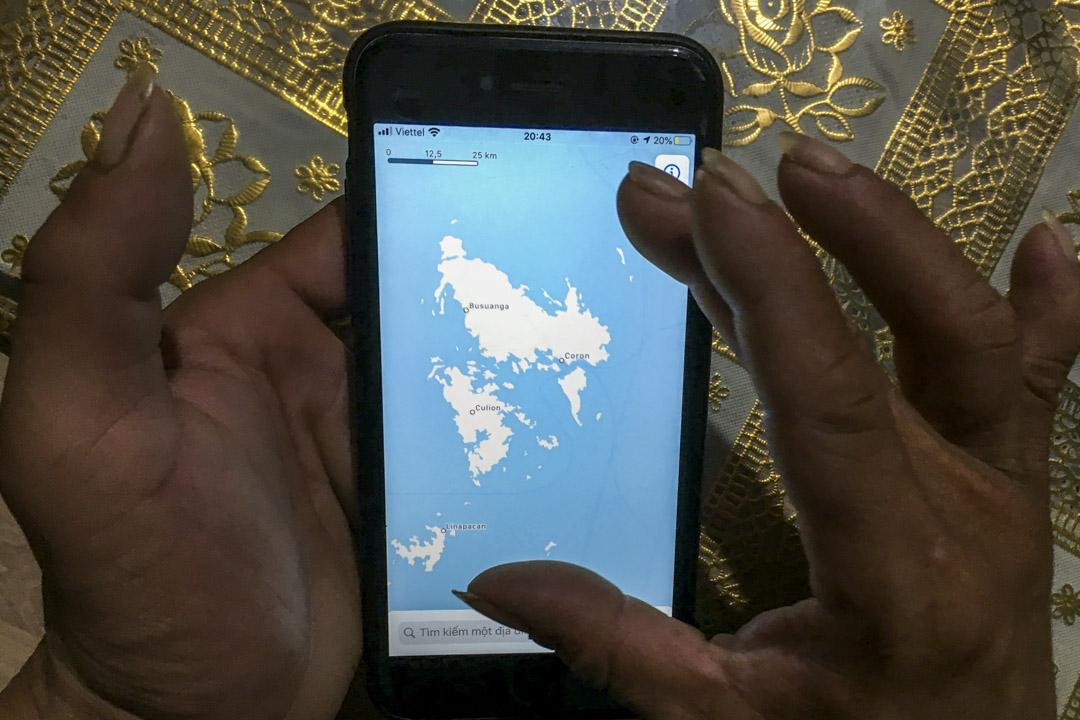 越南船長杜伊用手機的地圖展示他曾經捕魚的海域。