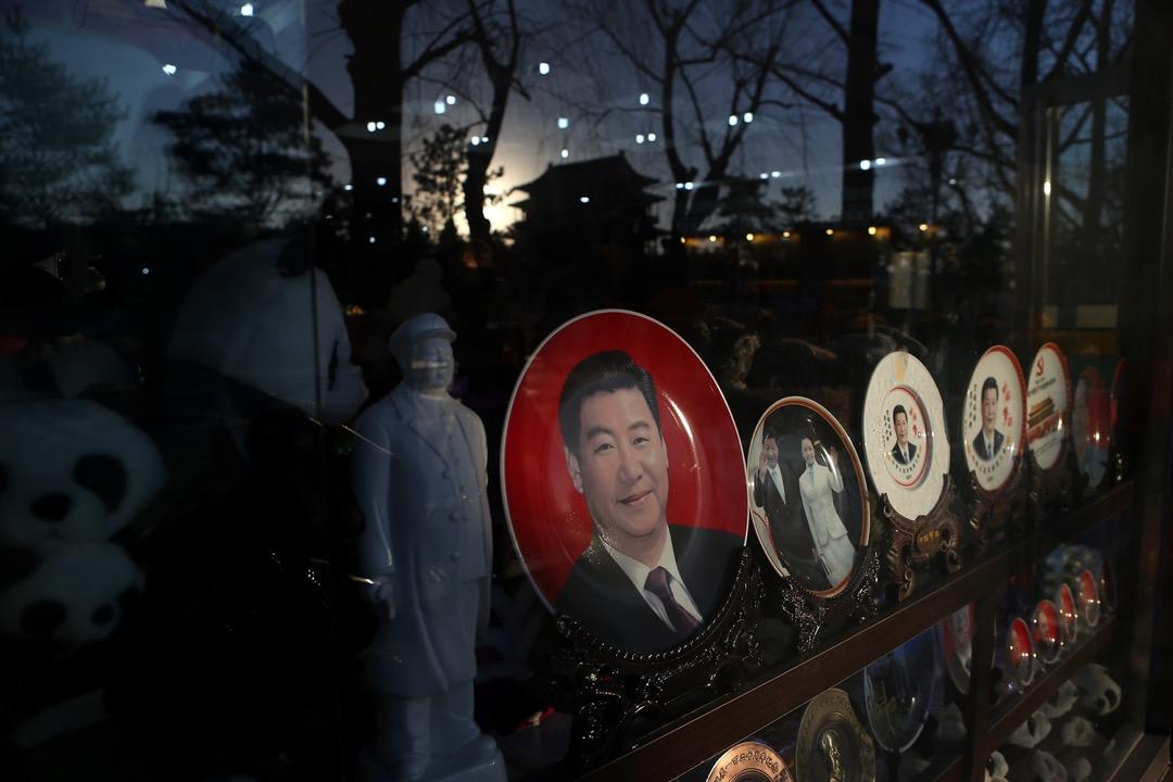 中國首都北京,天安門廣場旁邊的商店售賣印有國家主席習近平肖像的紀念品。