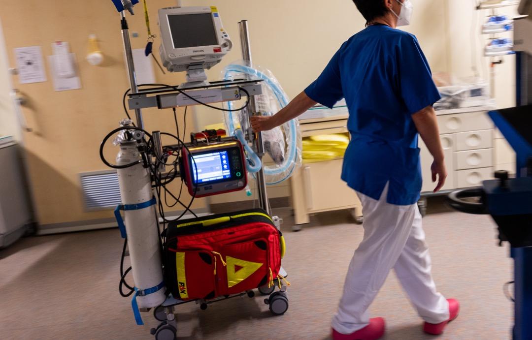 德國首都柏林一家醫院,一位醫護人員把一台呼吸機拉到深切治療病房。