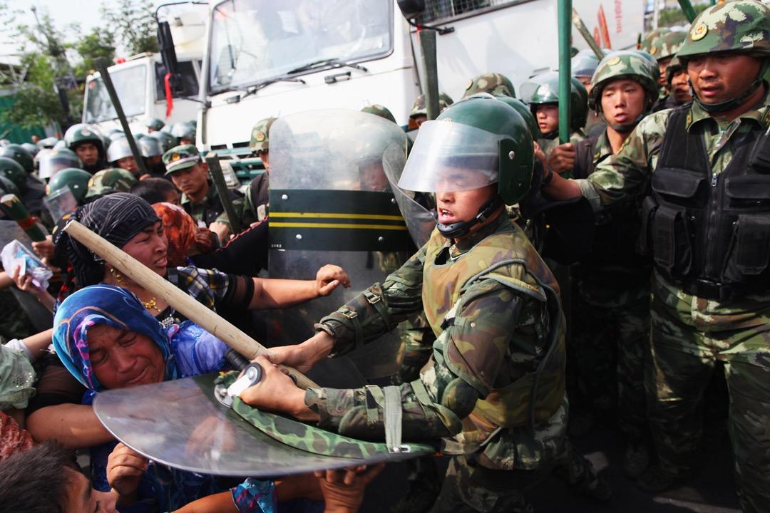 2009年7月7日,中國新疆維吾爾族自治區首府烏魯木齊,有當地維吾爾人的親屬被當局拘禁,引發大型街頭示威,當地武警用武力鎮壓。