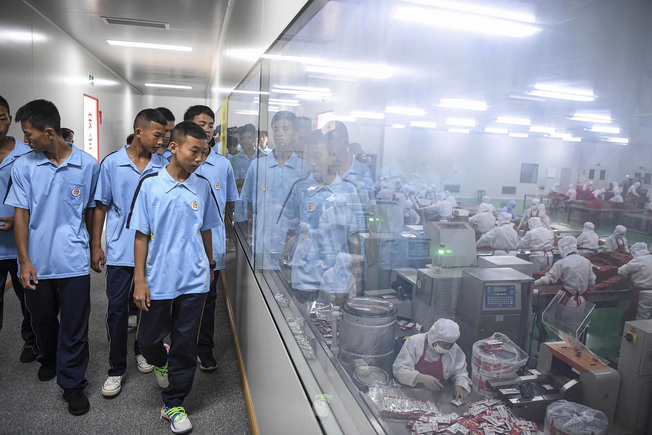 2020年9月15日中國平江市,學生參加了由職業技術學校和當地一家食品廠共同舉辦的課程。 攝:Yang Huafeng/China News Service via Getty Images