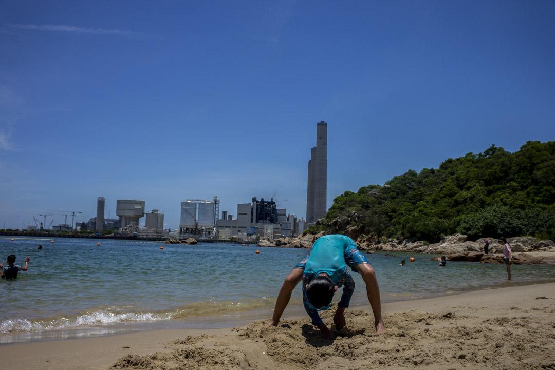 小朋友在洪聖爺灣泳灘玩沙。