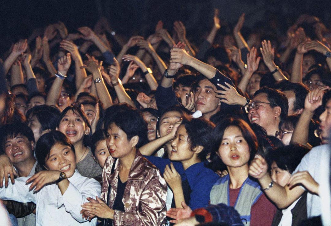 1998年9月24日,中國搖滾樂迷在北京的一所法國學校欣賞中國搖滾歌手崔健的音樂會。