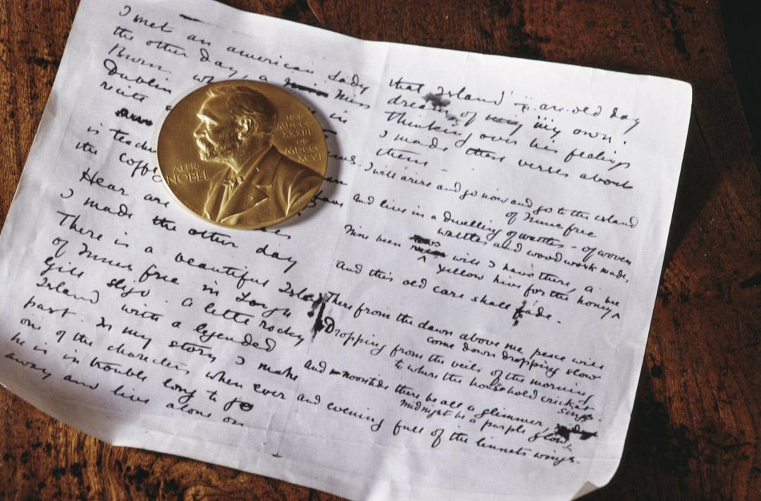 1968年1月,愛爾蘭斯萊戈郡斯萊戈博物館展出愛爾蘭劇作家兼詩人葉慈(William Butler Yeats)的諾貝爾文學獎和手稿。 攝:RDImages/Epics/Getty Images