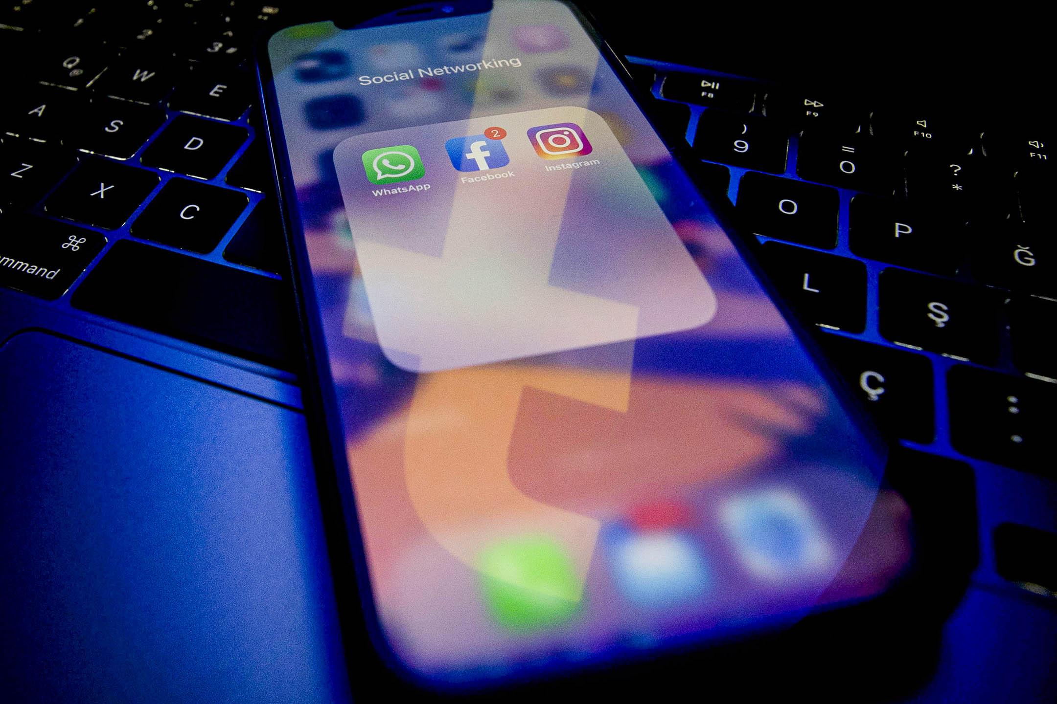 2021年10月4日,社交媒體應用程序Instagram、Facebook 和 WhatsApp在智能手機屏幕上。 攝:Ercin Erturk/Anadolu Agency via Getty Images