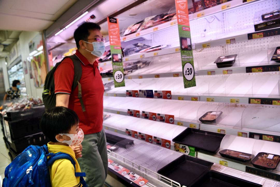 2021年10月12日,香港,颱風「圓規」(Kompasu)來臨前,一間超市貨架幾乎被買空。 攝:Li Zhihua/Getty Images
