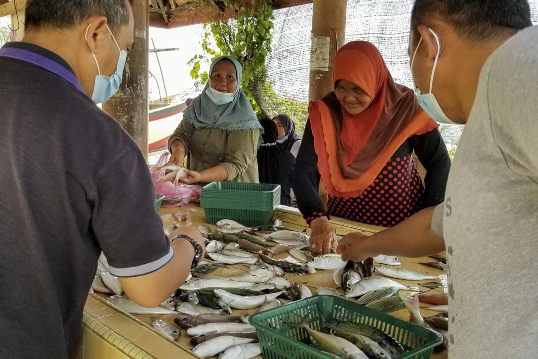 羅西拉瓦蒂在馬來西亞Kempadang魚市場售賣她丈夫和兒子的漁獲。