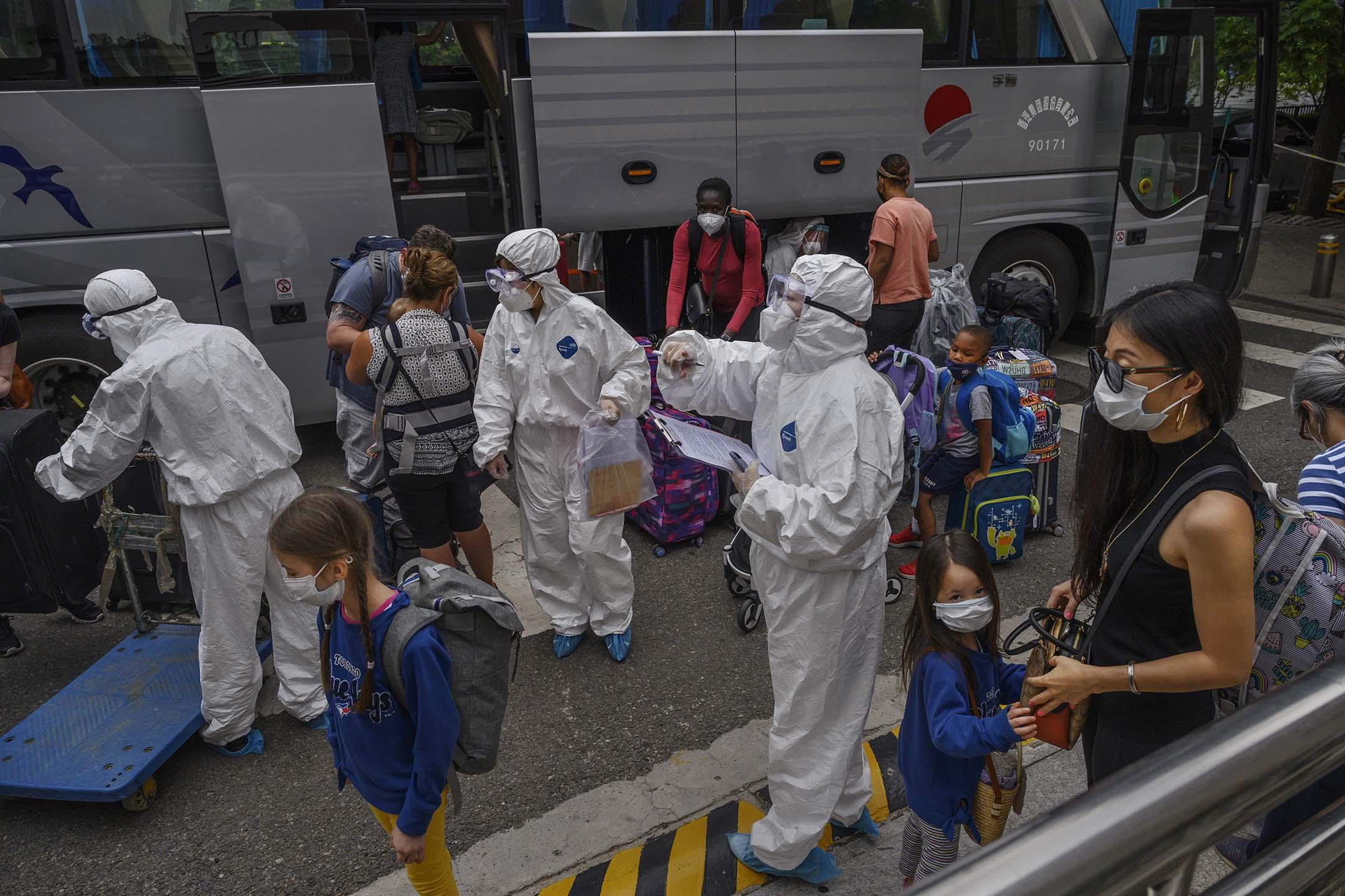2020年6月29日中國北京,外國居民抵達北京後,必須完成14天的隔離,中國防疫工作人員穿著防護服工作。 攝:Kevin Frayer/Getty Images