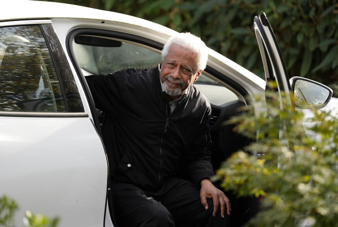 73歲坦桑尼亞小說家古納(Abdulrazak Gurnah)獲得2021年度的諾貝爾文學獎,10月7日返回他在英國坎特伯雷的家。 攝:Frank Augstein/AP/達志影像
