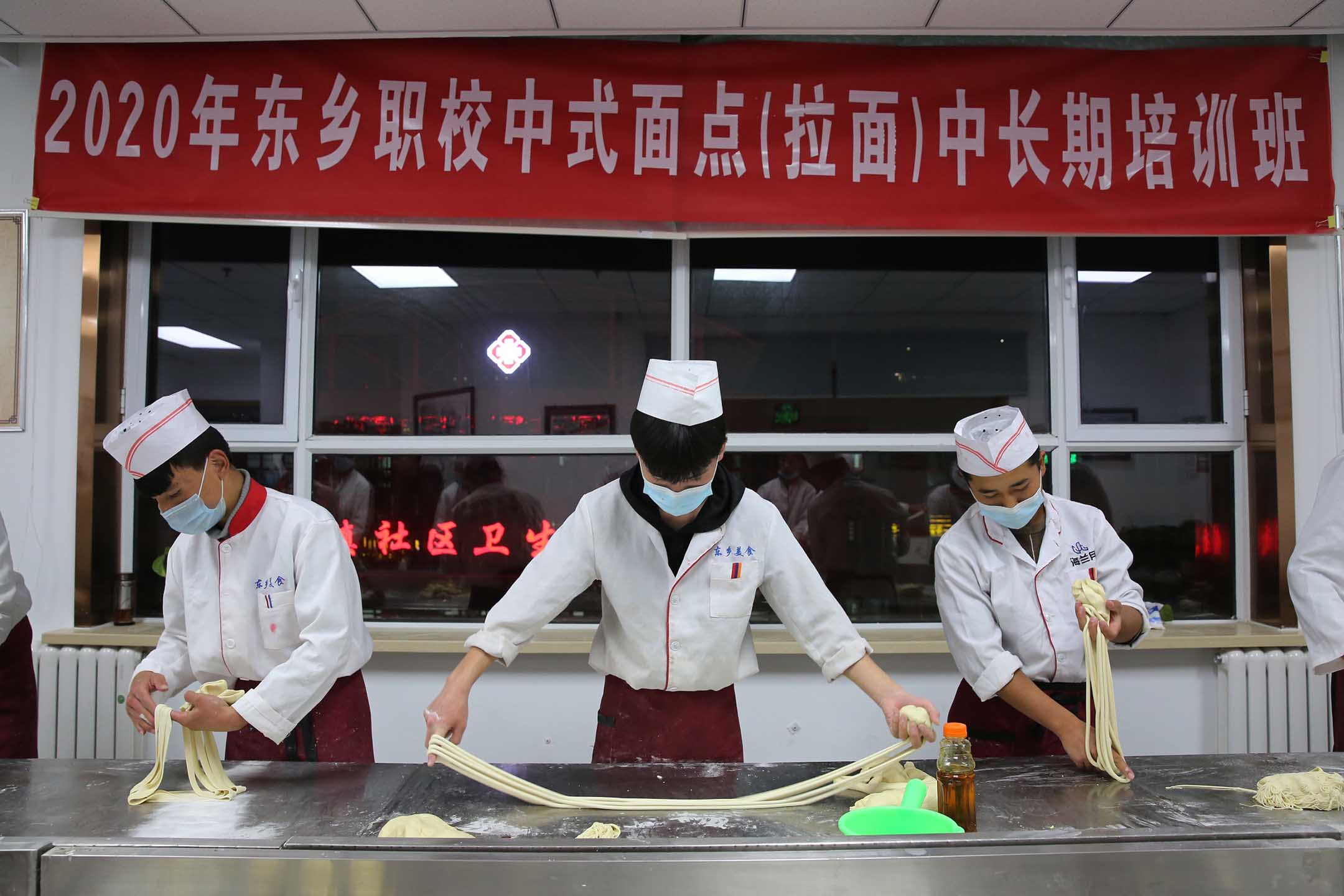 2020年11月12日甘肅省臨夏回族自治區,學生在一所職業學校學習。