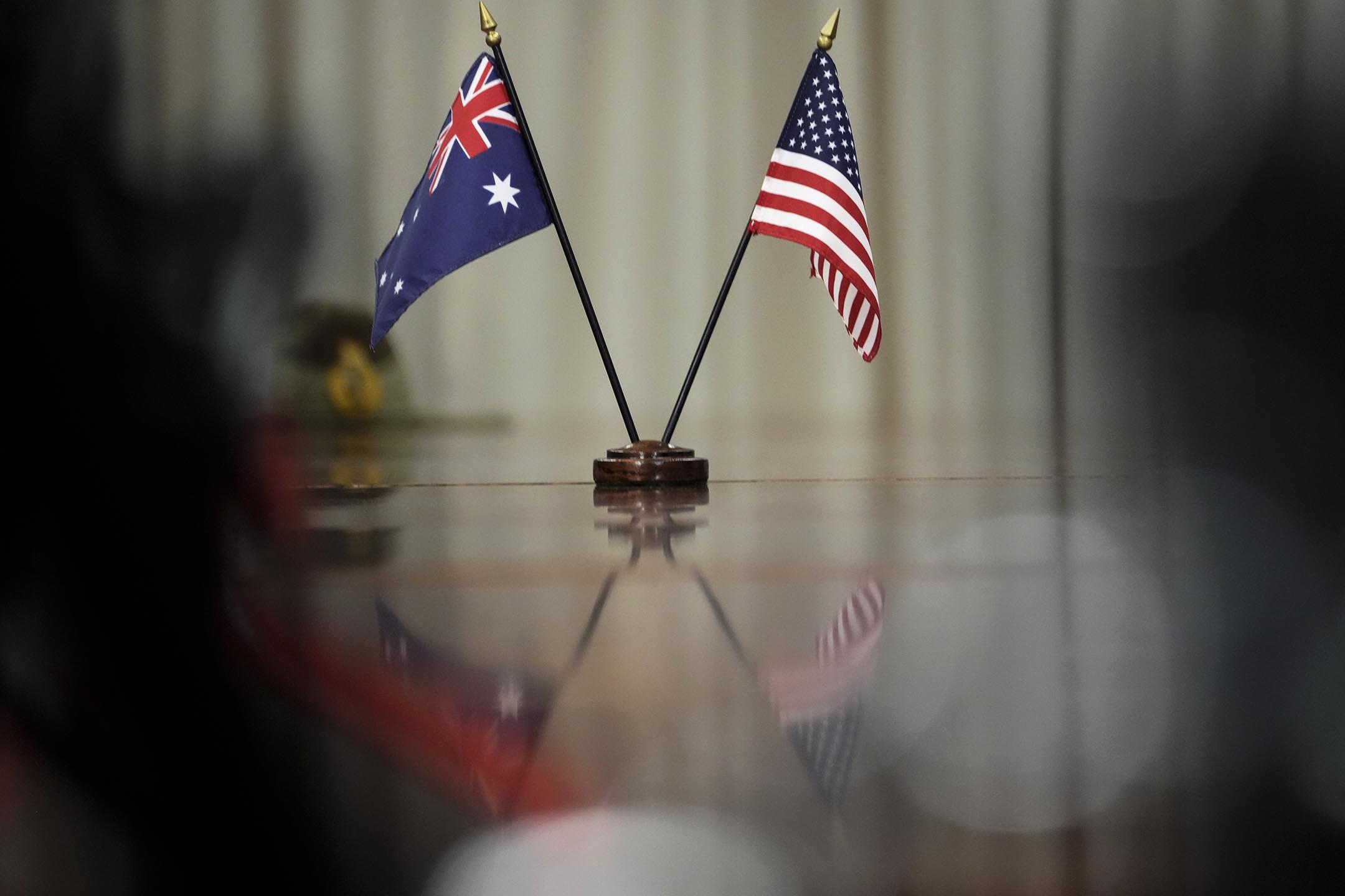 2021年9月22日美國維吉尼亞州阿靈頓,澳大利亞總理史考特·莫里森和美國國防部長勞埃德·奧斯汀於五角大樓會晤期間,桌上擺著澳大利亞和美國國旗。