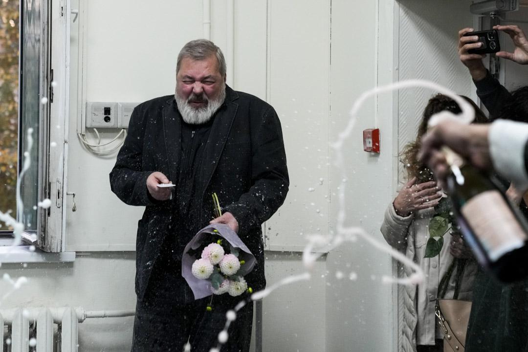 2021年10月 8日,俄羅斯最大獨立報《新報》(Novaja Gazeta)的總編輯德米特里•穆拉托夫 (Dmitry Muratov)成為了2021年諾貝爾和平獎兩位獲獎者之一,同事於辦公室為其慶祝。