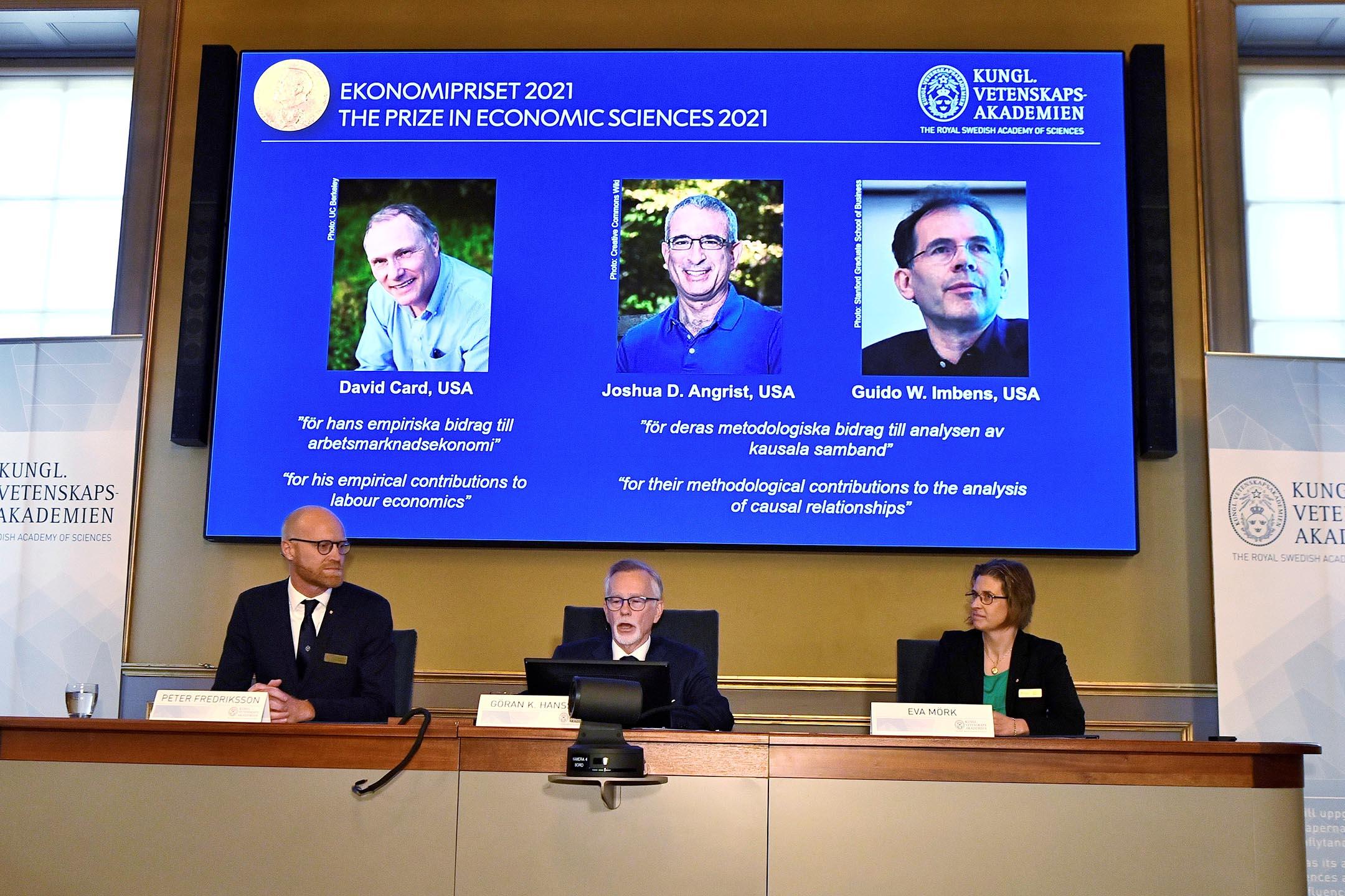 2021年10月11日瑞典斯德哥爾摩新聞發布會上,瑞典皇家科學院秘書長宣布諾貝爾經濟學獎得獎者。 攝:Claudio Bresciani/Reuters/達志影像