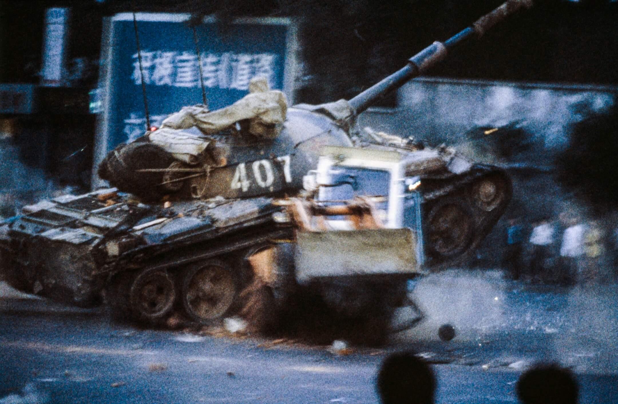 1989年6月4日凌晨,中國解放軍坦克車開進首都北京的天安門廣場屠殺廣場內示威的學生和民眾。 攝:Jacques Langevin/Getty Images