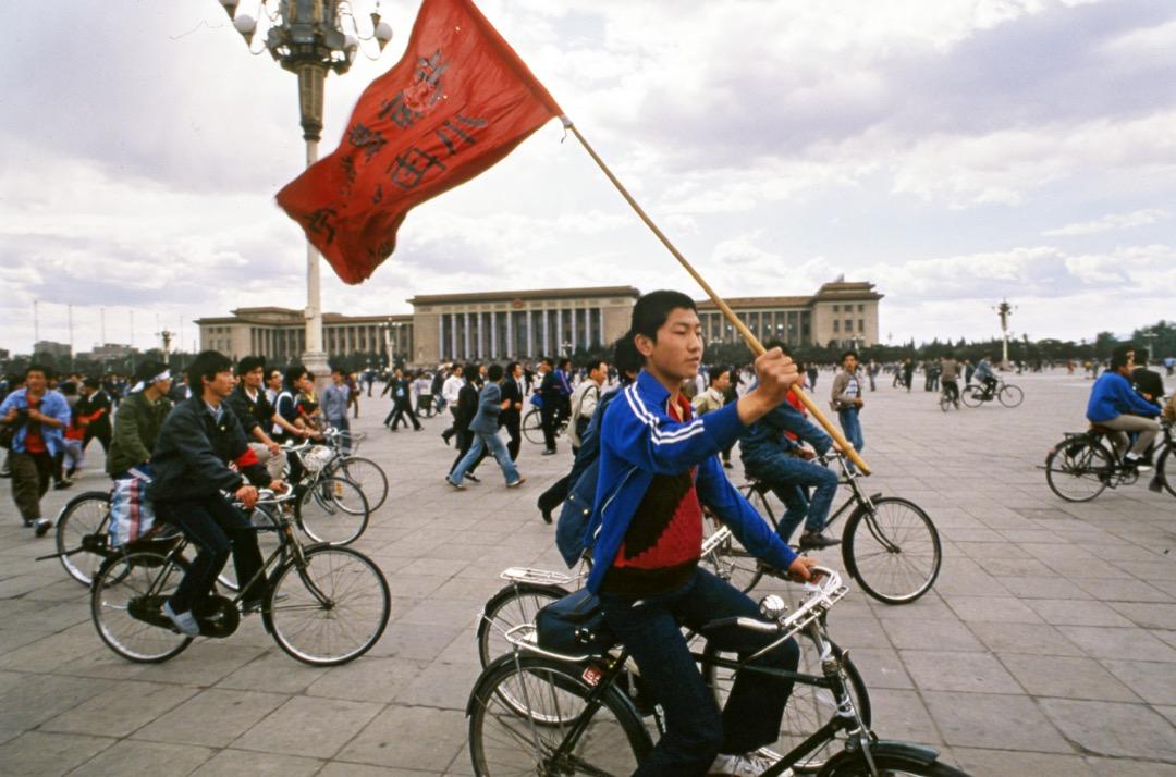 1989年5月14日,中國首都北京,學生在天安門廣場騎單車示威。