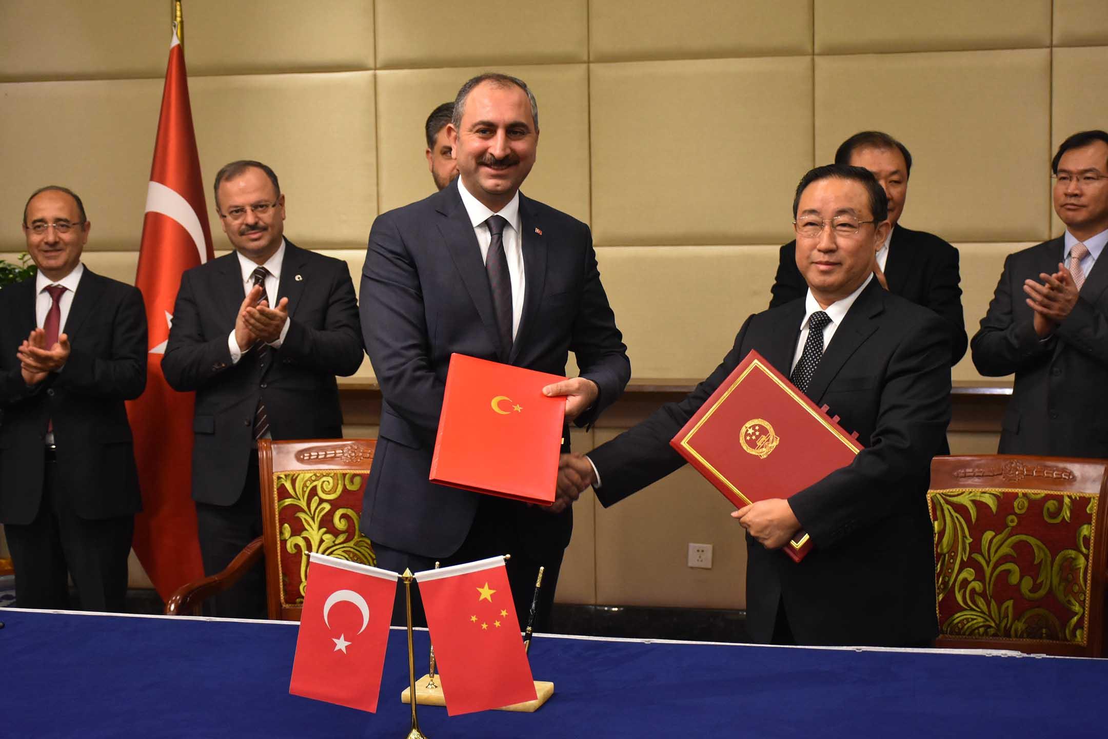 2018年11月14日中國北京,土耳其司法部長阿卜杜勒哈米特·居爾(左)與中國司法部長傅政華(右)在酒店簽署兩國諒解備忘錄。