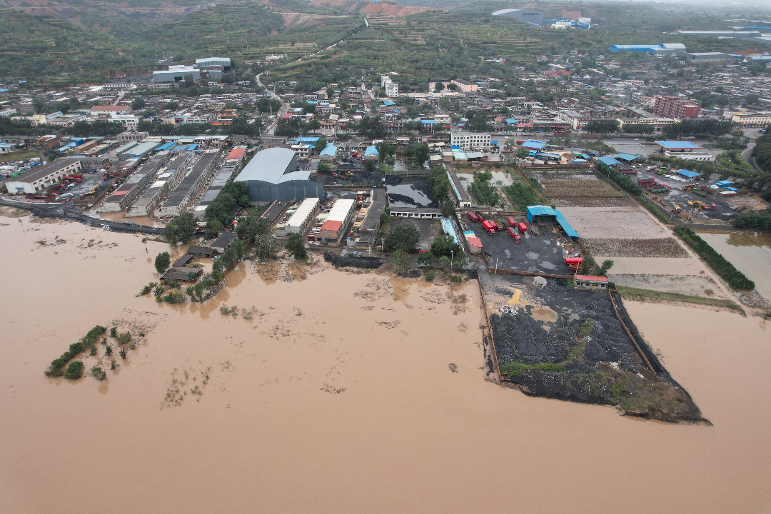 2021年10月10日,中國山西省介休市,洪水淹沒房屋。 攝:Wei Liang/Getty Images