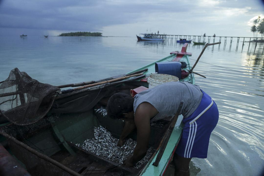 印尼納土納區,一位漁民與他的漁船。