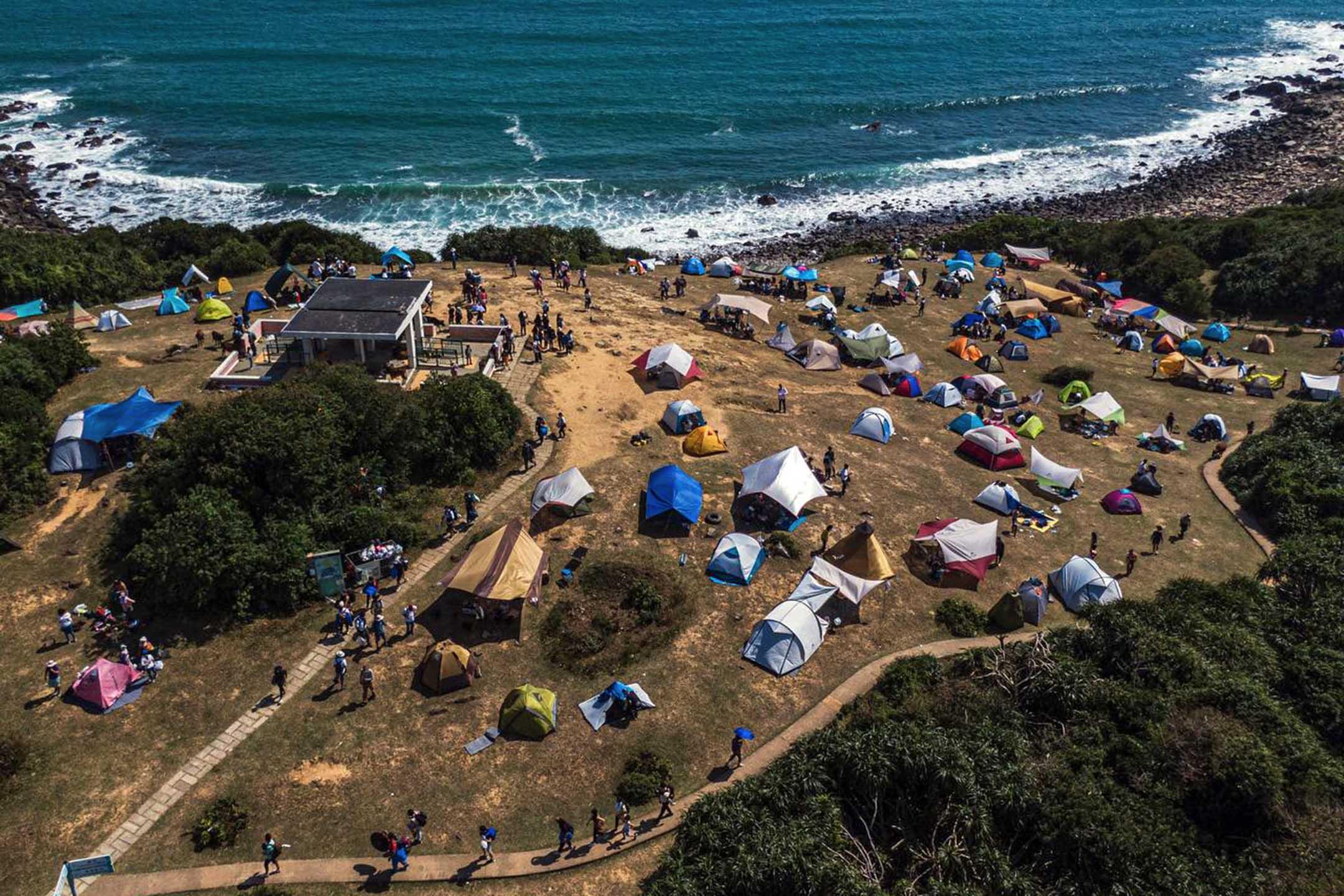 近年,塔門成為露營熱門勝地,草地遭頻密的踩踏,土壤變得沙質化。