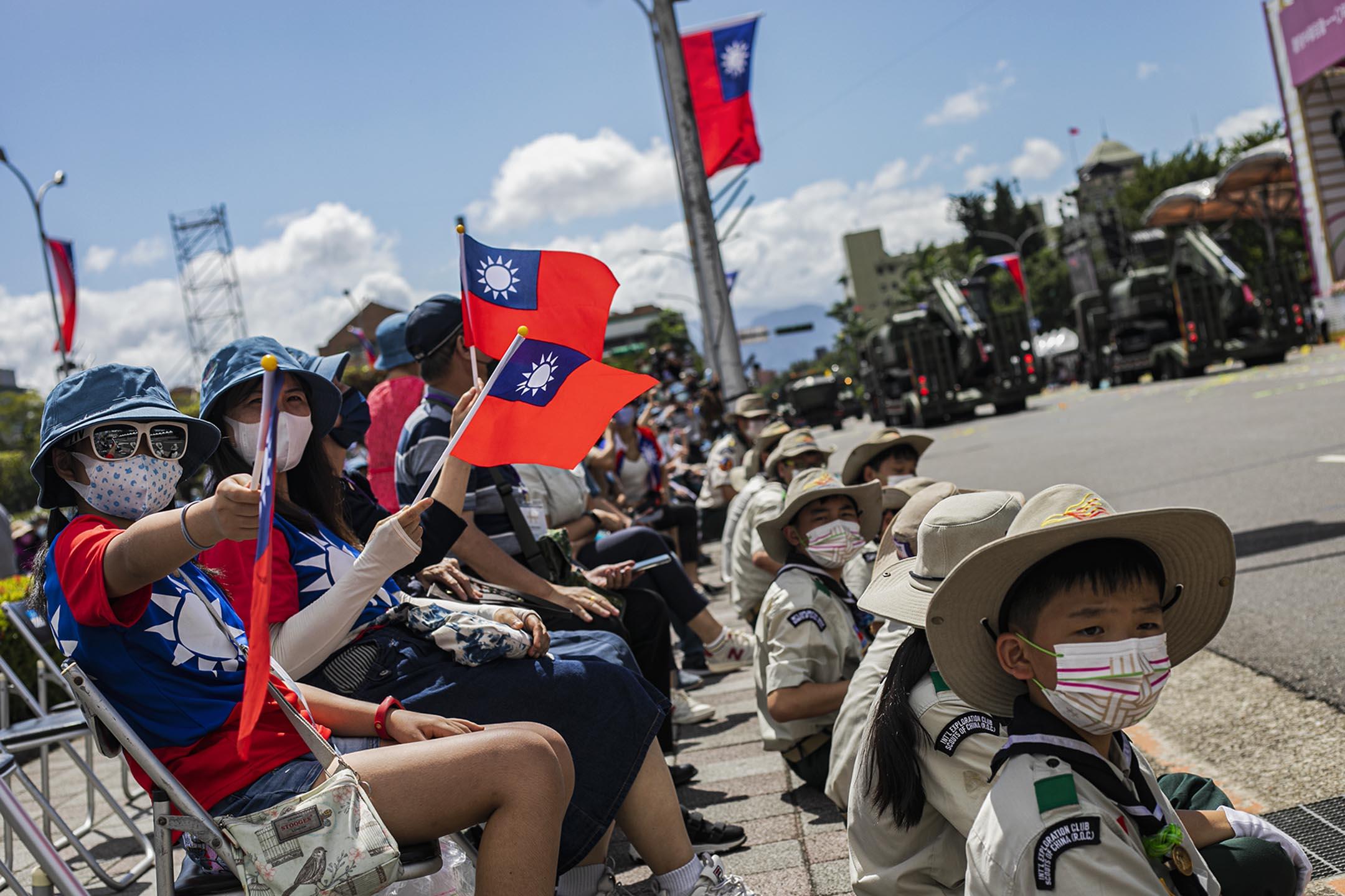 2021年10月10日台北,雙十節國慶大會,市民在觀看軍隊。