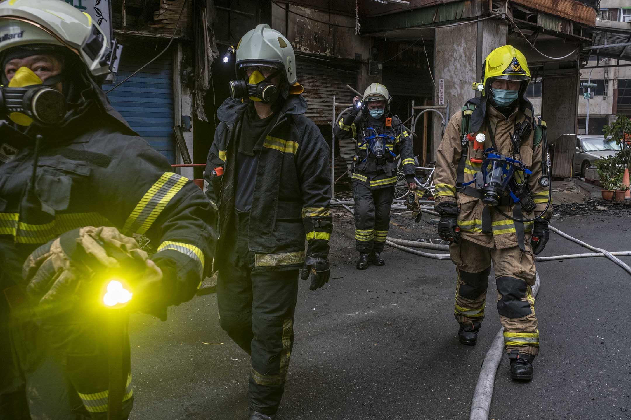 2021年10月14日台灣高雄,火災後消防隊員準備進入大廈。