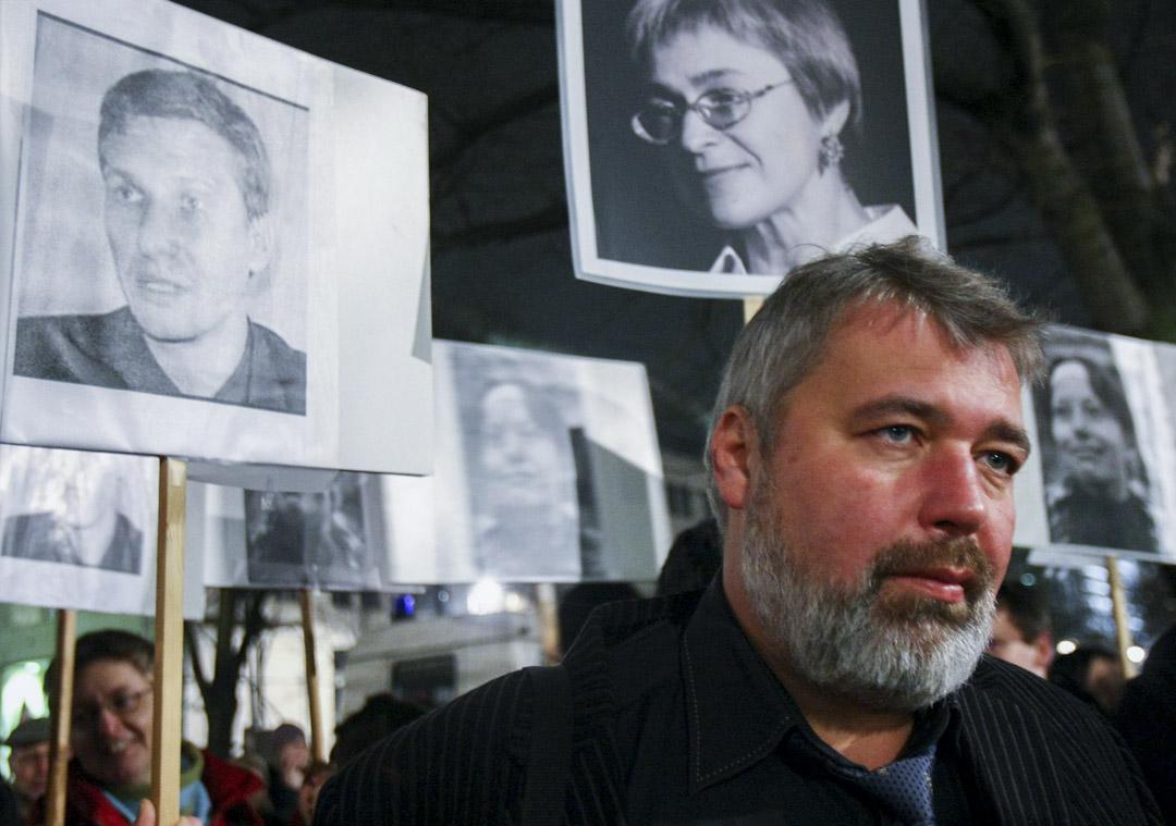 2009年1月21日,俄羅斯最大獨立報《新報》(Novaja Gazeta)的總編輯德米特里•穆拉托夫 (Dmitry Muratov)與抗議者一起舉著標語,上面寫著被殺害的俄羅斯人權律師Stanislav Markelov(左)、記者Anastasia Baburova(右),同時還有一個標牌顯示另一名被暗殺的《新報》記者Anna Politkovskaja。 攝:Sean Gallup/Getty Images