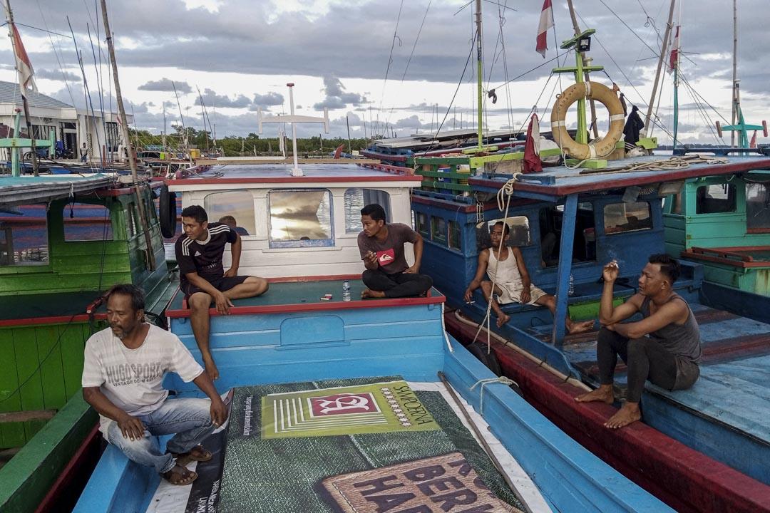 2021年4月28日,印尼納土納區,漁民在港口休息。