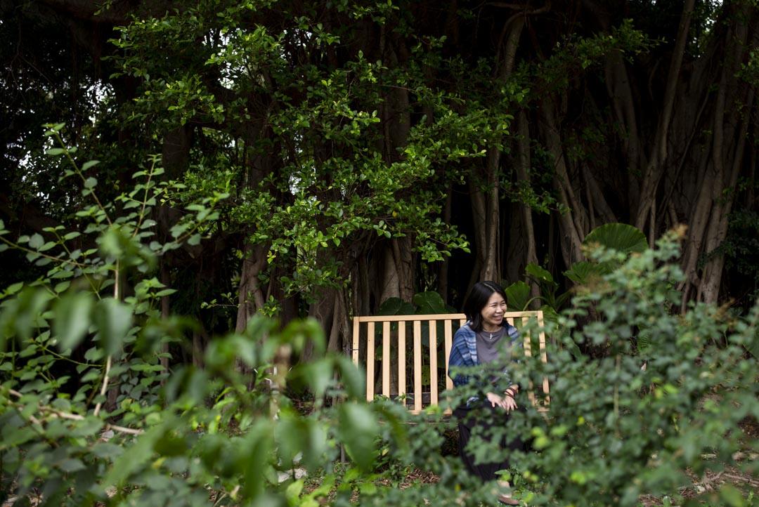 從中國大陸移居至香港生活,後來喜歡上南丫島的 Linda 。