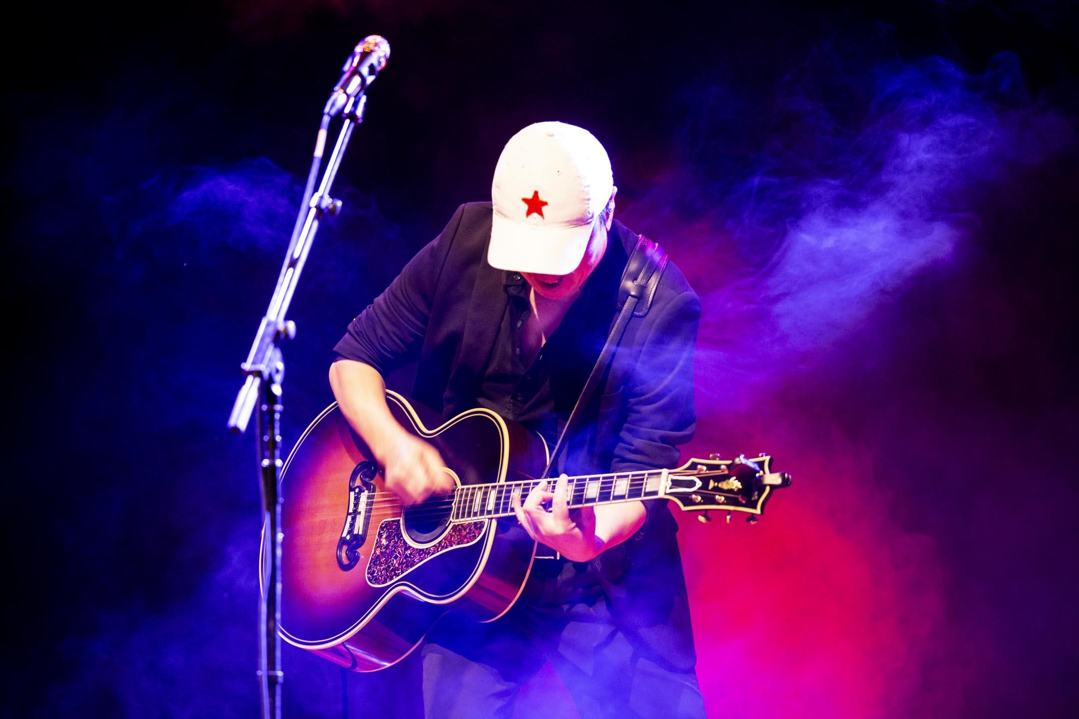 2017年11月22日﹐中國搖滾巨星崔健在2017香港國際詩歌之夜開幕音樂會的演出。 攝:林振東/端傳媒