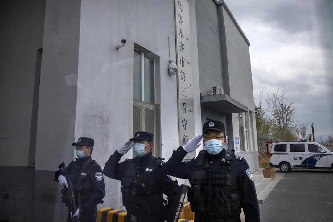 2021年4月23日,新疆維吾爾自治區烏魯木齊市達坂城區一間拘留所前,三名警員正在敬禮。 攝:Mark Schiefelbein / AP