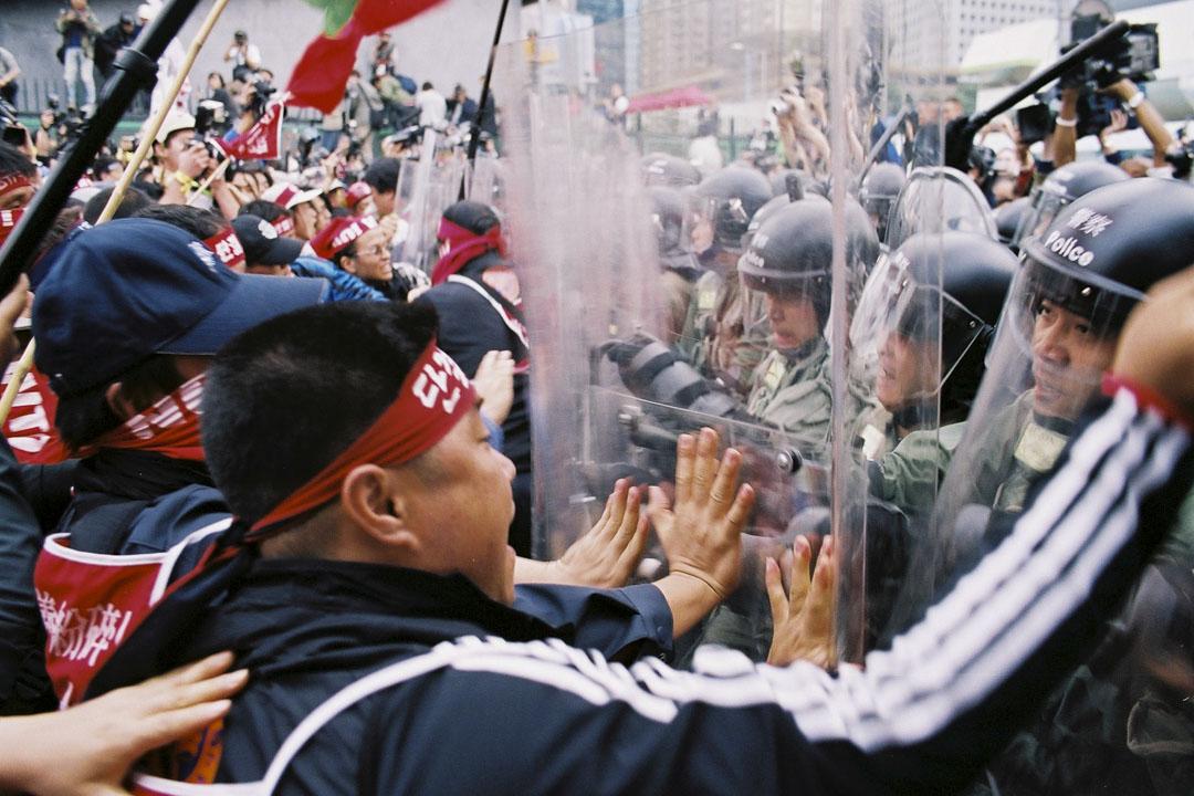 2005年韓農反世貿示威。